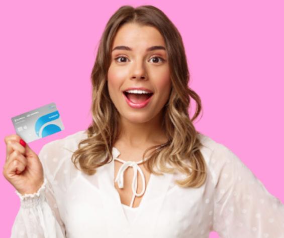 Chica viajando gracias a la tarjeta de crédito