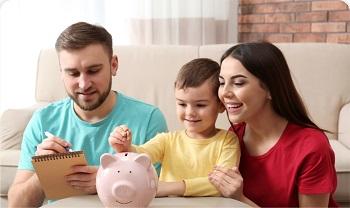 personas disfrutando de su cena pagando con su cuenta de ahorros
