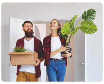 Pareja llegando a su casa recien comprada con sus ahorros