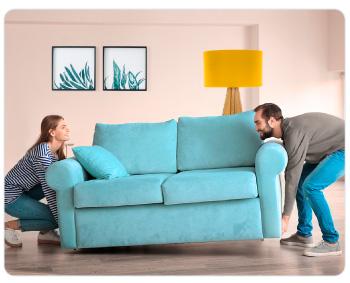Personas remodelando su casa con sus ahorros