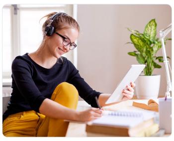 Mujer planeando su ahorro para el estudio