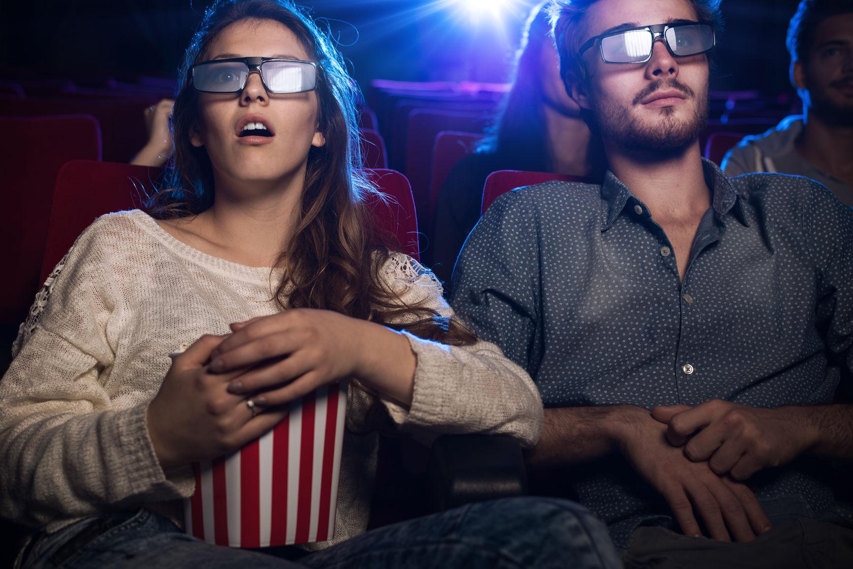 Pareja de jóvenes en cine